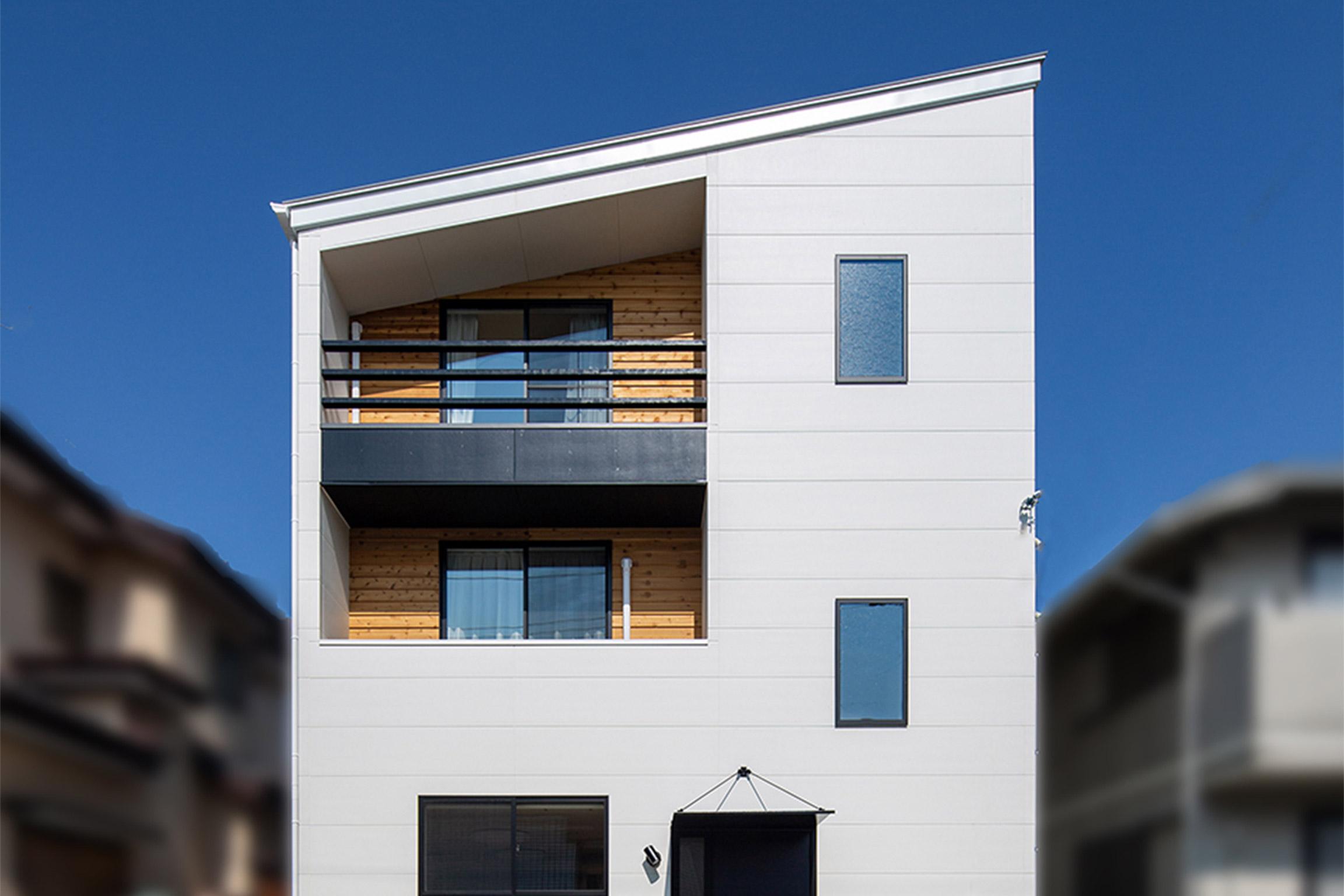 ホワイト×ナチュラルウッドのシンプルな二世帯住宅